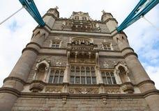 Каменная башня и окна башни наводят Лондон стоковые изображения rf