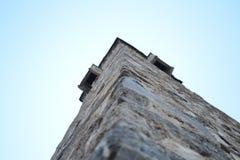 Каменная башня на предпосылке неба стоковые изображения