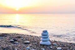 Каменная башня на пляже Стоковые Фотографии RF