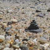 Каменная башня среди Pebble Beach стоковая фотография