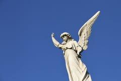 Статуя ангела радетеля в голубом небе. Кредо. Стоковое Фото