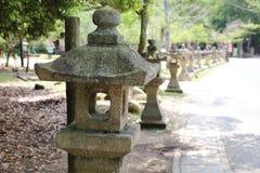Каменная буддийская лампа в японском саде стоковые изображения rf