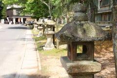 Каменная буддийская лампа в японском саде стоковое изображение