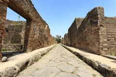 Каменная дорога руин Помпеи стоковое изображение