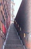 Каменная лестница в городе Узкая улица водя к верхней части Стоковое Фото