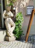 Каменная женщина с красным носом Стоковые Изображения RF