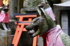 Каменная лиса на святыне Fushimi Inari, Киото Японии Стоковая Фотография