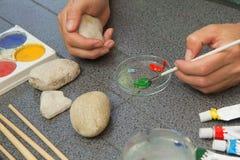 Каменная картина Dunking щетка в краску Стоковые Изображения RF