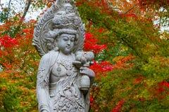 Каменная китайская статуя богини & x28; Quanyim& x29; на виске Eikando Zenrinji в Киото Стоковые Изображения