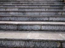 Каменная лестница с высекаенными серыми шагами Восходящие шаги outdoors внутри Стоковое Изображение RF