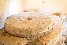 Каменная мельница с тяжелыми жерновами приглаживает обрабатывать для плоской муки стоковые изображения rf