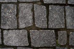 Каменная мостоваая с травой стоковые фото
