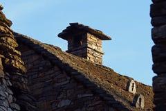 Каменная печная труба против ясных голубых небес Стоковые Фото