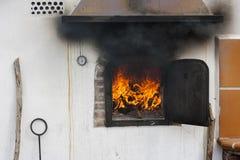 Каменная печь с пламенами готовыми для того чтобы начать сварить Стоковые Фото