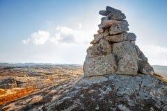 Каменная пирамида из камней как метка навигации Стоковая Фотография