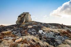 Каменная пирамида из камней как метка навигации Стоковое Изображение RF