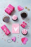 Каменная предпосылка с подарками, пирожными, кофе и карточкой Стоковое Изображение