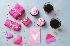 Каменная предпосылка с подарками, пирожными, кофе и карточкой Стоковая Фотография RF