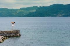 Каменная пристань молы с положительным знаком Стоковые Изображения
