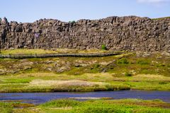 Каменная пропасть и река в национальном парке Thingvellir в Исландии 12 06,2017 Стоковое Фото