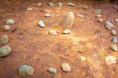 Каменная спиральная дорожка с иглами сосны на том основании стоковое фото rf