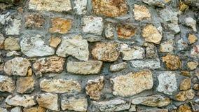 Каменная старая стена от огромных блоков Предпосылка камней Надежность концепции Пространство между камни заполнено с Стоковое Фото