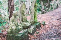 Каменная статуя Будды на пути в лесе Стоковые Фото