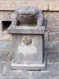 Каменная статуя жабы около виска Стоковые Фотографии RF