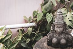 Каменная статуя индусской богини с космосом для экземпляра стоковые изображения