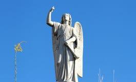 Статуя ангела радетеля против голубого неба Стоковые Фотографии RF