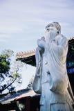 Каменная статуя Конфуция, традиционной пагоды на заднем плане Стоковая Фотография