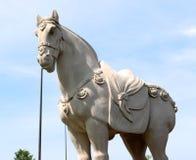 Каменная статуя лошади войны в средневековой регалии Стоковые Фото