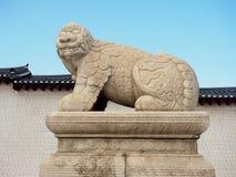 Каменная статуя собаки попечителя Haetae Стоковое Изображение RF