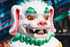 Каменная статуя льва shishi предусматриванная с яркими цветами Стоковые Фотографии RF