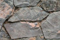 Каменная стена в парке стоковые изображения rf