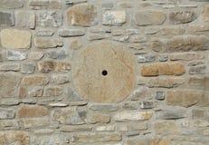 Каменная стена в теплых цветах с абразивным диском Стоковое Фото