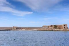 Каменная стена и голубое небо с облаками, открытый космос предпосылки для текста Стоковая Фотография RF