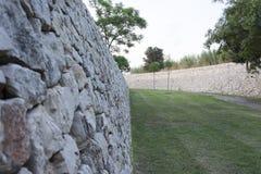 Каменная стена на дороге Стоковое фото RF