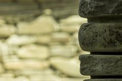 Каменная стена на предпосылке стоковое фото rf