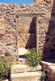 Каменная стена с дверью древнего города стоковые изображения