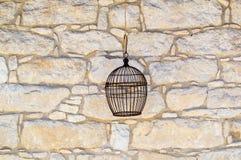 Каменная стена с клеткой птицы Стоковое Изображение RF