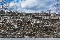 Каменная стена с небом Стоковое Изображение RF
