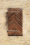 Каменная стена с окном Старые закрытые деревянные штарки Стоковая Фотография RF