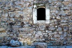 Каменная стена с темным окном Стоковая Фотография RF