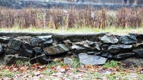 Каменная стена: эта каменная стена в парке Стоковое фото RF
