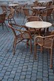 Каменная таблица и деревянные стулья кафа улицы в вечере стоковое изображение rf