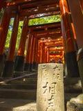 Каменная таблетка на стробах торусов на святыне Fushimi Inari Стоковые Фотографии RF