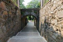 Каменная тропа между каменными стенами Стоковая Фотография RF