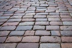 Каменная улица вымощая в старом городке на весенний день стоковые фотографии rf