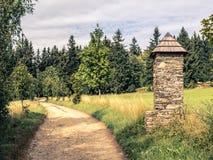 Каменная часовня на тропе в сельской местности лета Стоковое фото RF